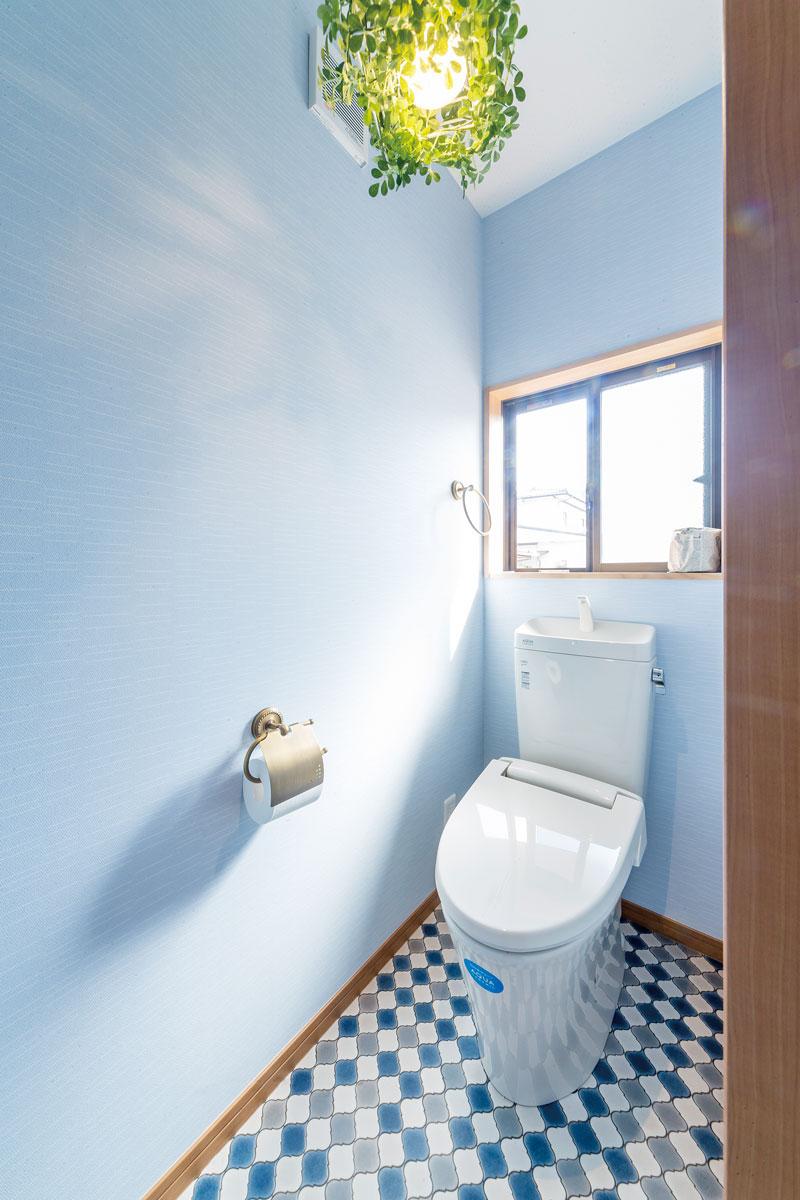 2階のトイレはご主人の好きな爽やかなブルーでまとめています。