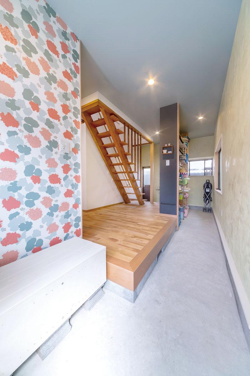広々とした玄関土間は大容量の収納スペースとしても活躍。かさばるベビーカーやアウトドア用品も楽に片付けられます。