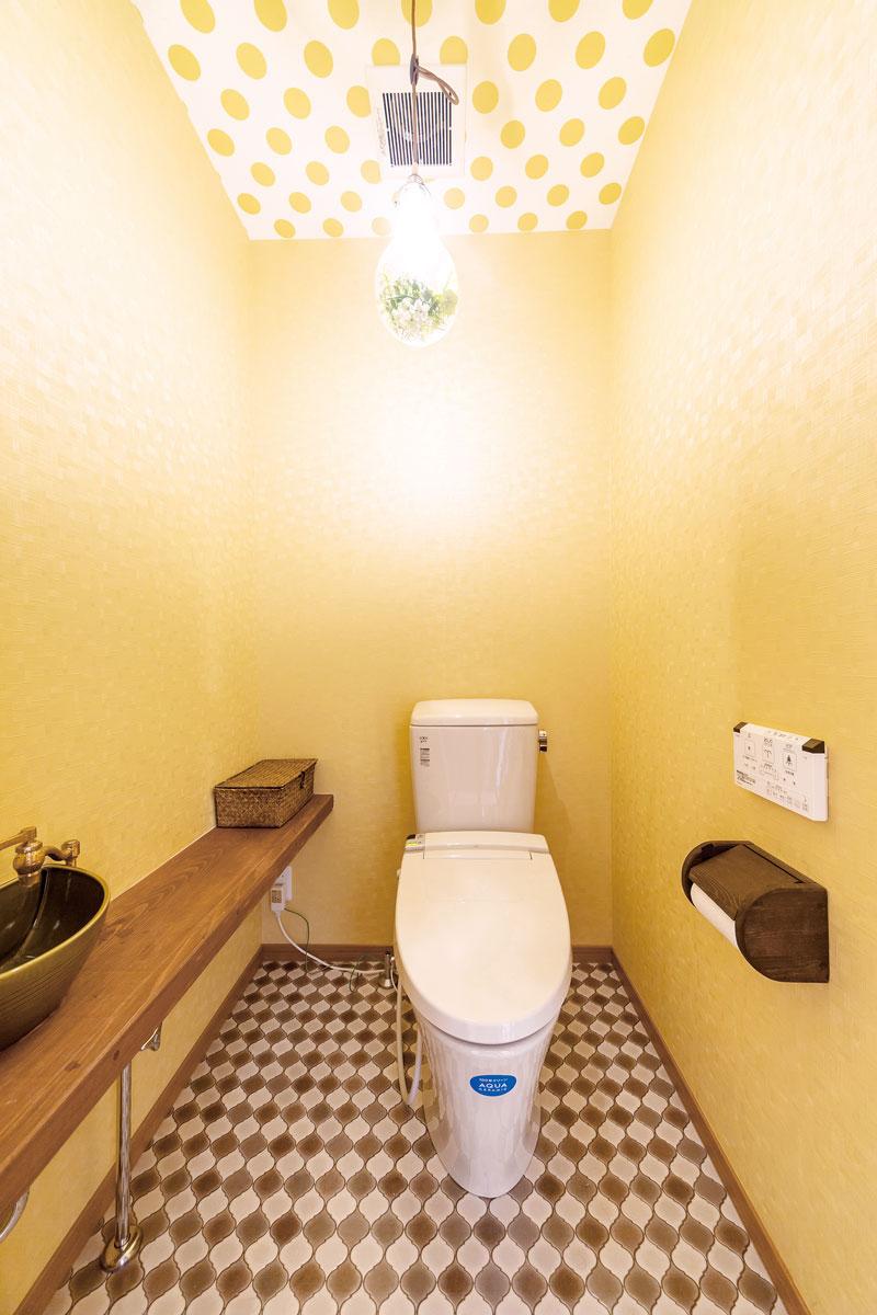 1階のトイレは奥さまの好みで温かみのあるイエローでまとめています。棚は奥さまが塗装しました。