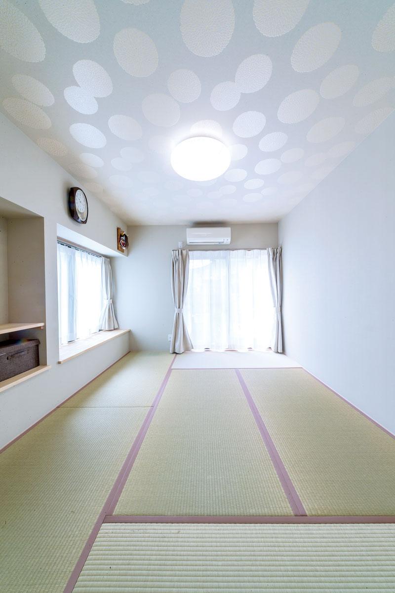 洋室を和室に変更して客間を設けました。天井は菊の模様のクロス。