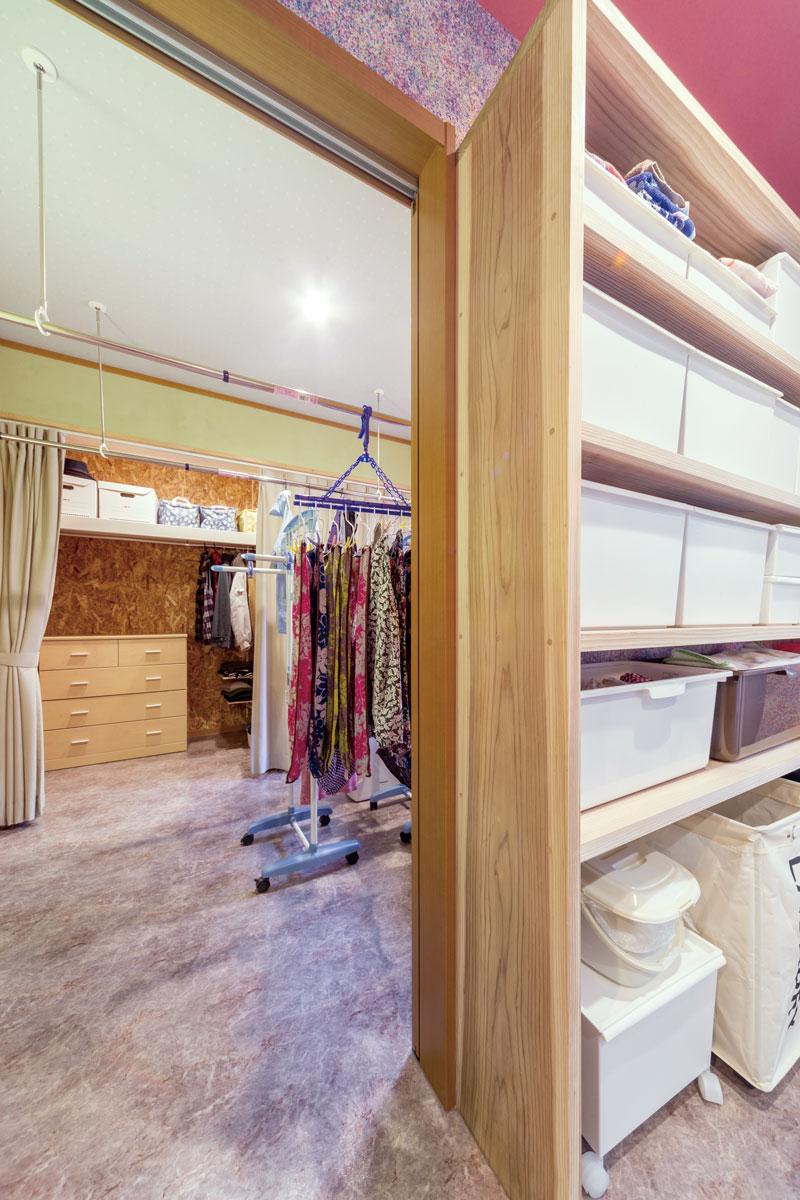 洗面室の隣は洗濯物を干したりできる家事室、その奥はウォークインクローゼットで、抜群の家事動線。