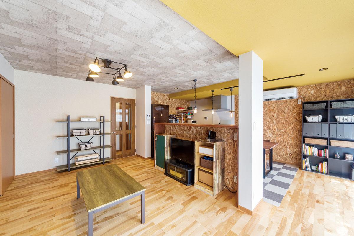 折り上げ天井の箇所はコンクリート調のクロスをチョイス。壁に貼った構造用資材のOSBと共にラフな雰囲気を演出。