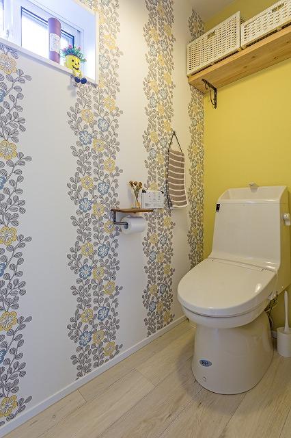広島市|大胆なクロスが華やかなトイレ
