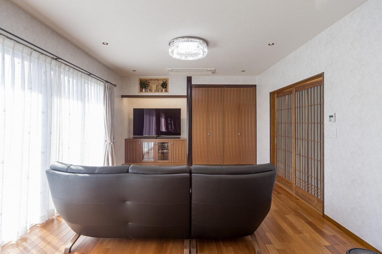 以前は和室だった場所にソファーを置いて。テレビ横の収納扉の中には仏壇が収められています。