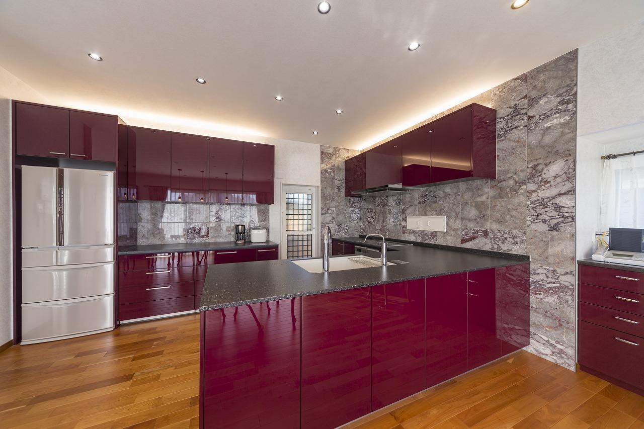 【山口県光市】ボルドー色のパネルが美しい高級感ある広々キッチン