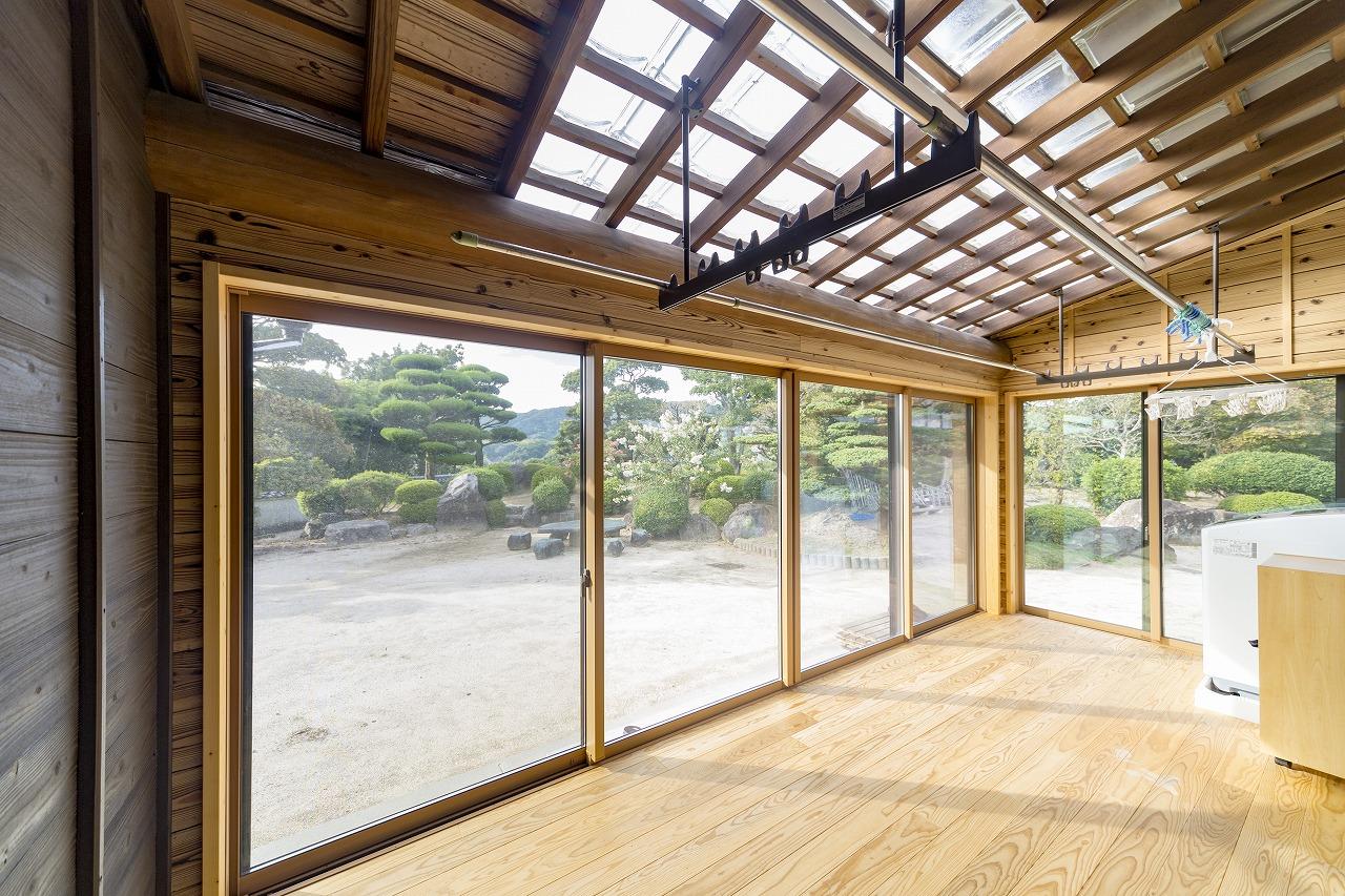 ガラス瓦が入っていた屋外の軒下に床と壁をつくり、全天候型の物干し部屋として増築しました。