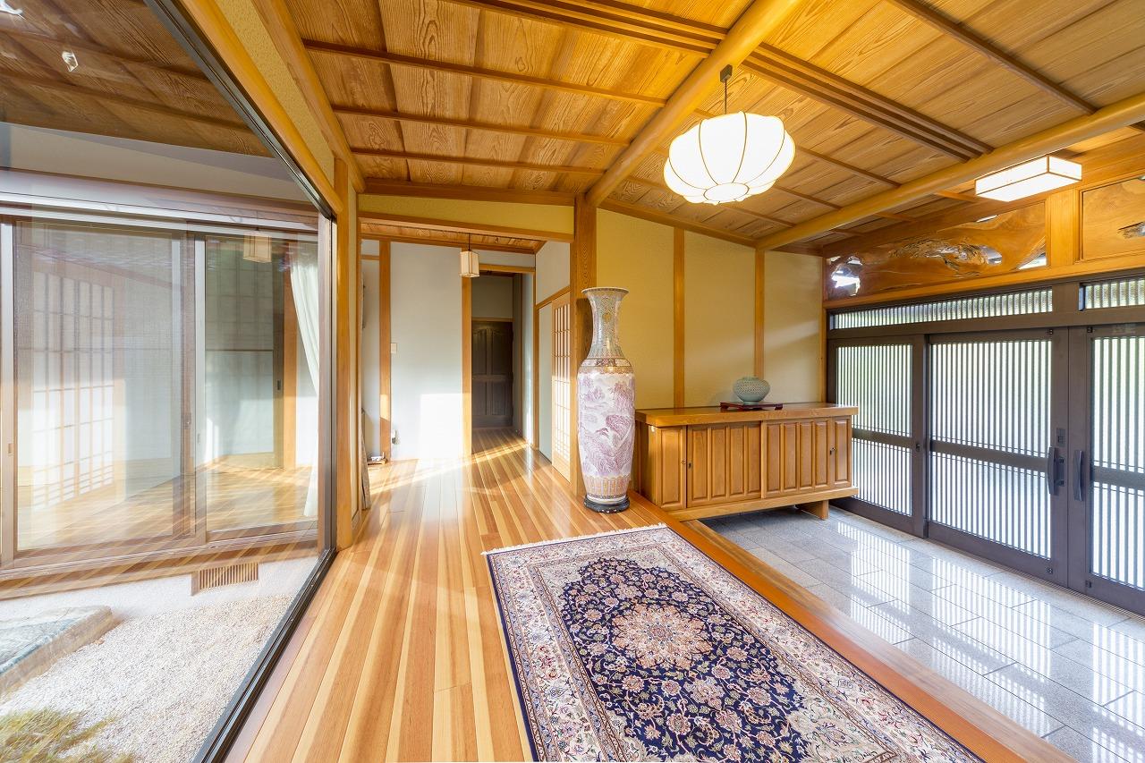 玄関の正面はUVカットガラスに入れ替え、ラオス松の無垢床材を紫外線から守ります。