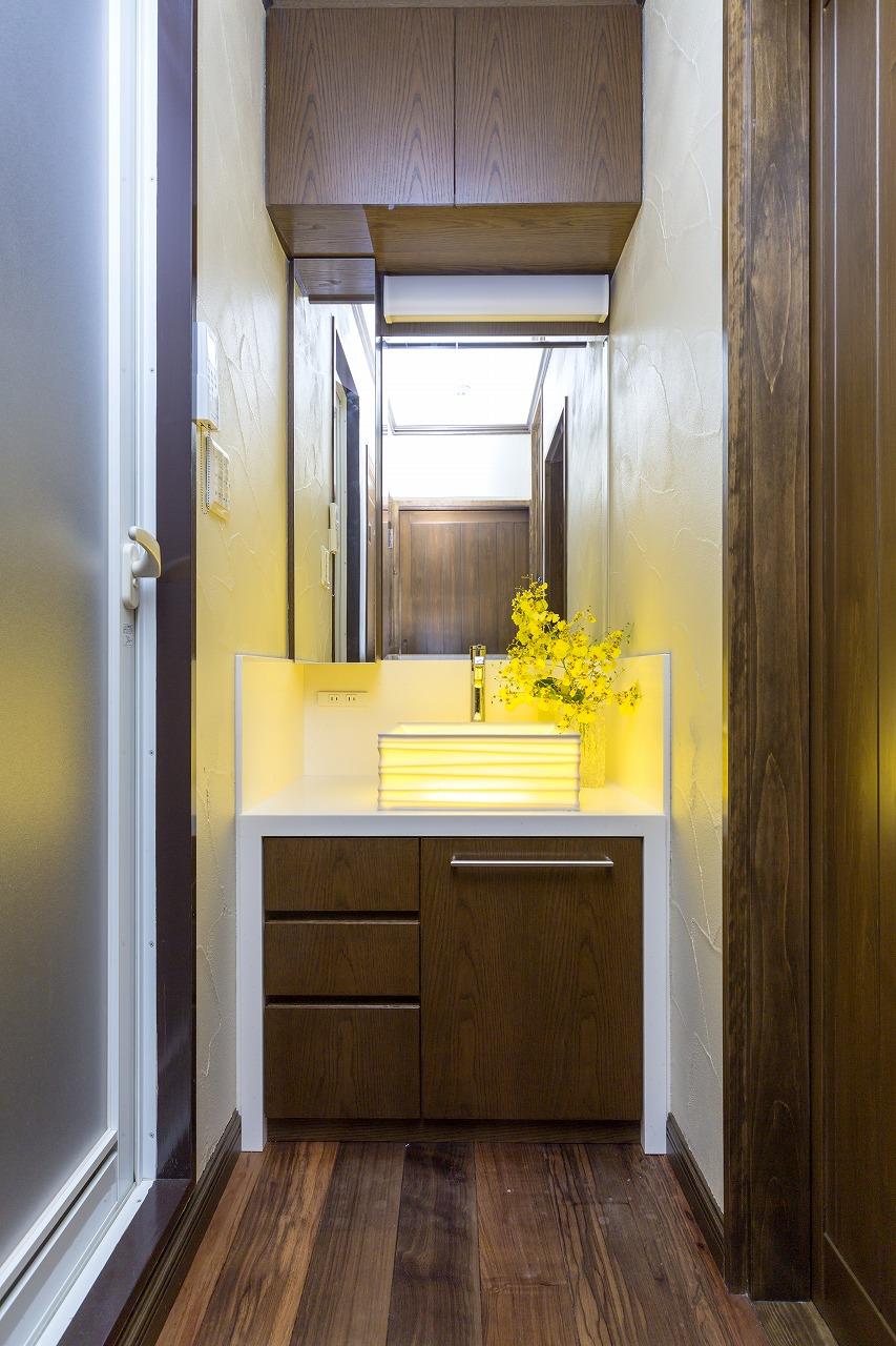 広島市|透ける陶器と照明が印象的な洗面室
