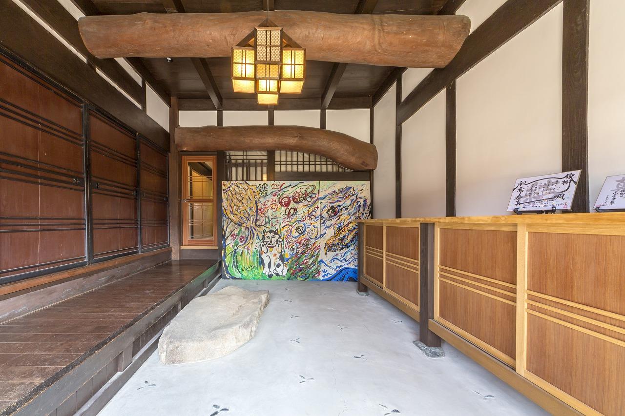 広島市|築100年 力強い丸太梁の玄関