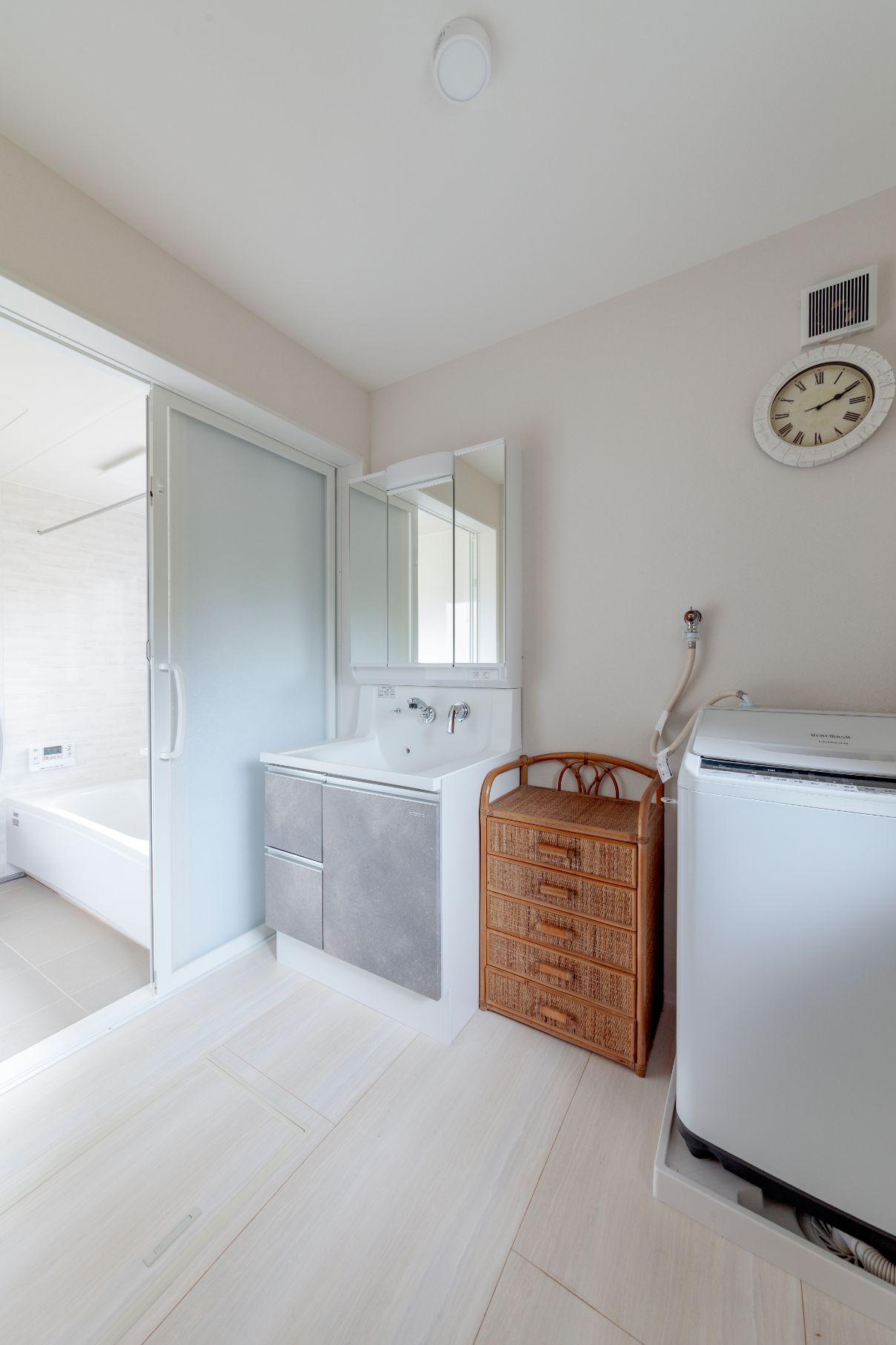 設備が古く、使い勝手も不便だった洗面室を一新。床は淡い木目調のサニタリーフロアを選択。