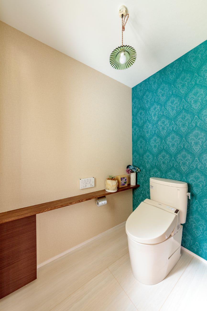 車椅子でも利用しやすい広さと採光用の窓をとった明るいトイレ。カウンターは造作。