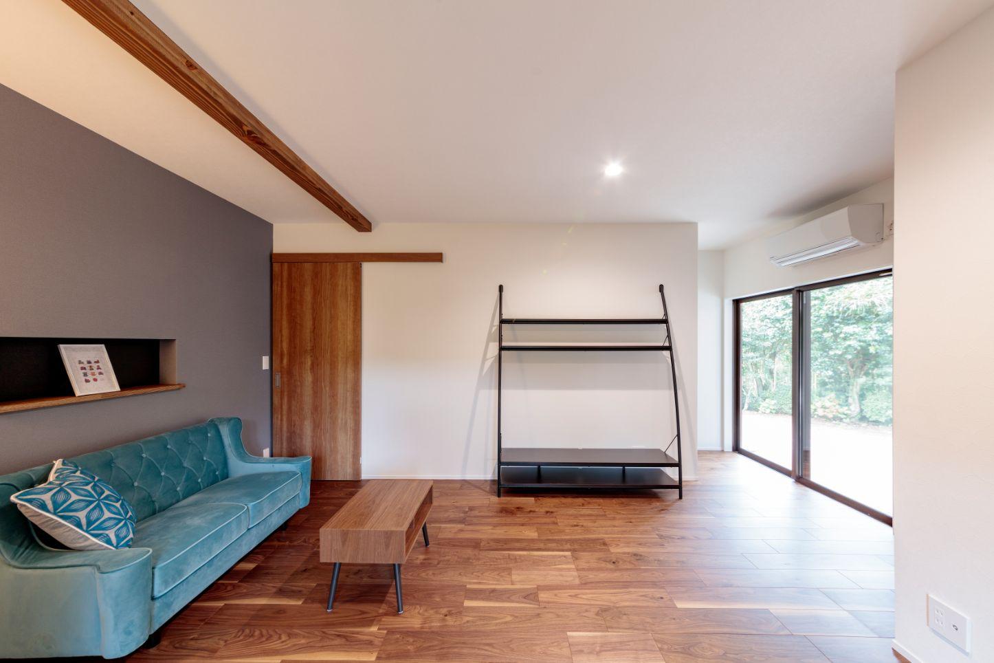 大きな掃き出し窓は断熱性能の高いサッシに取り替え。床、壁、天井、窓の断熱を徹底して行いました。