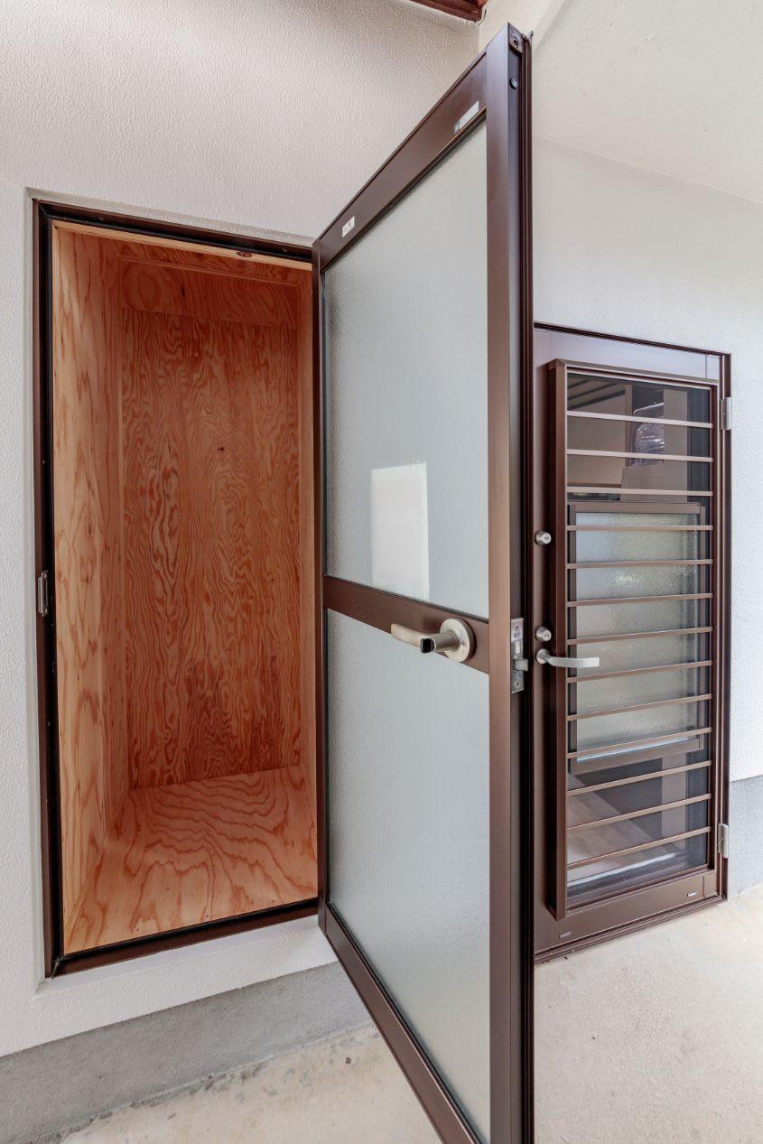 勝手口の隣に宅配ボックスを設置。元の裏口に使われていたドアを再利用。