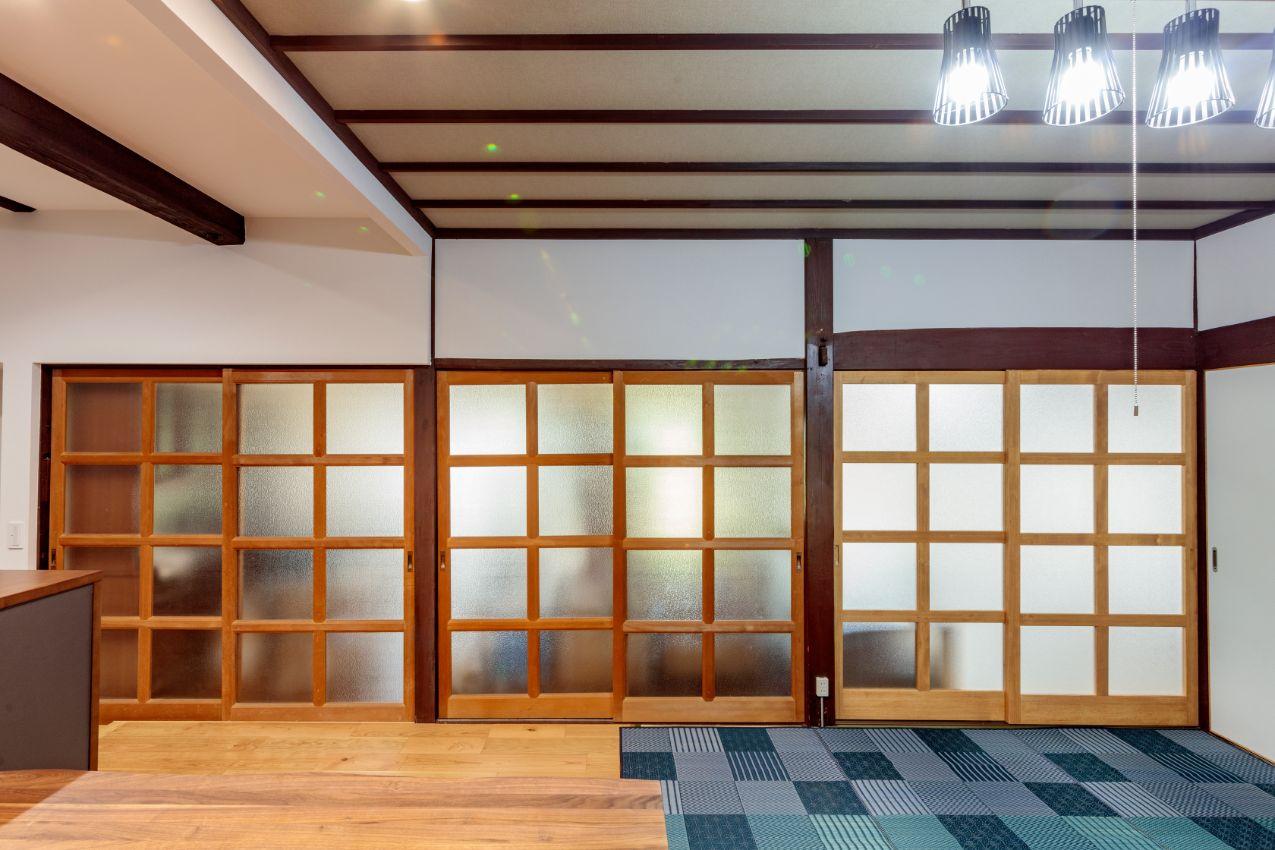 既存の格子の建具(左側4枚)に合わせて、ガラス障子を造作(右の2枚)。雰囲気を統一しました。
