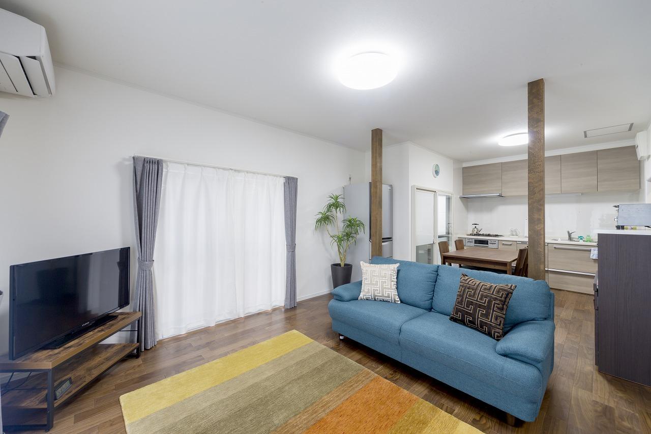 1階も3部屋を繋げて広いLDKに。床とクロスを貼り替え、窓枠は塗り替えて新築のような美しい部屋になりました。