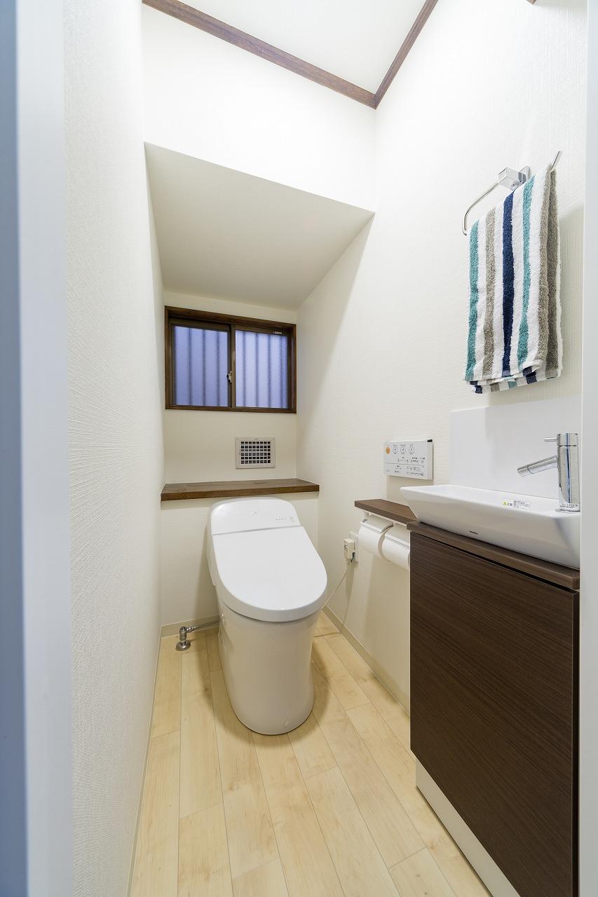 手洗いを別に取りつけた新しいタンクレストイレで、すっきりとした空間に。