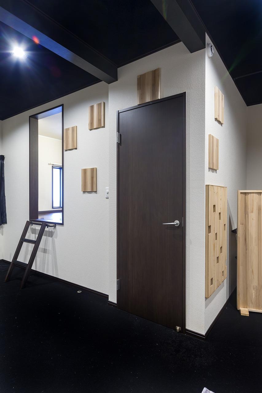 2階はプロジェクターとスクリーンの距離を最優先で確保した後に寝る場所を検討したので、隠れ家のようなスペースが寝室に。