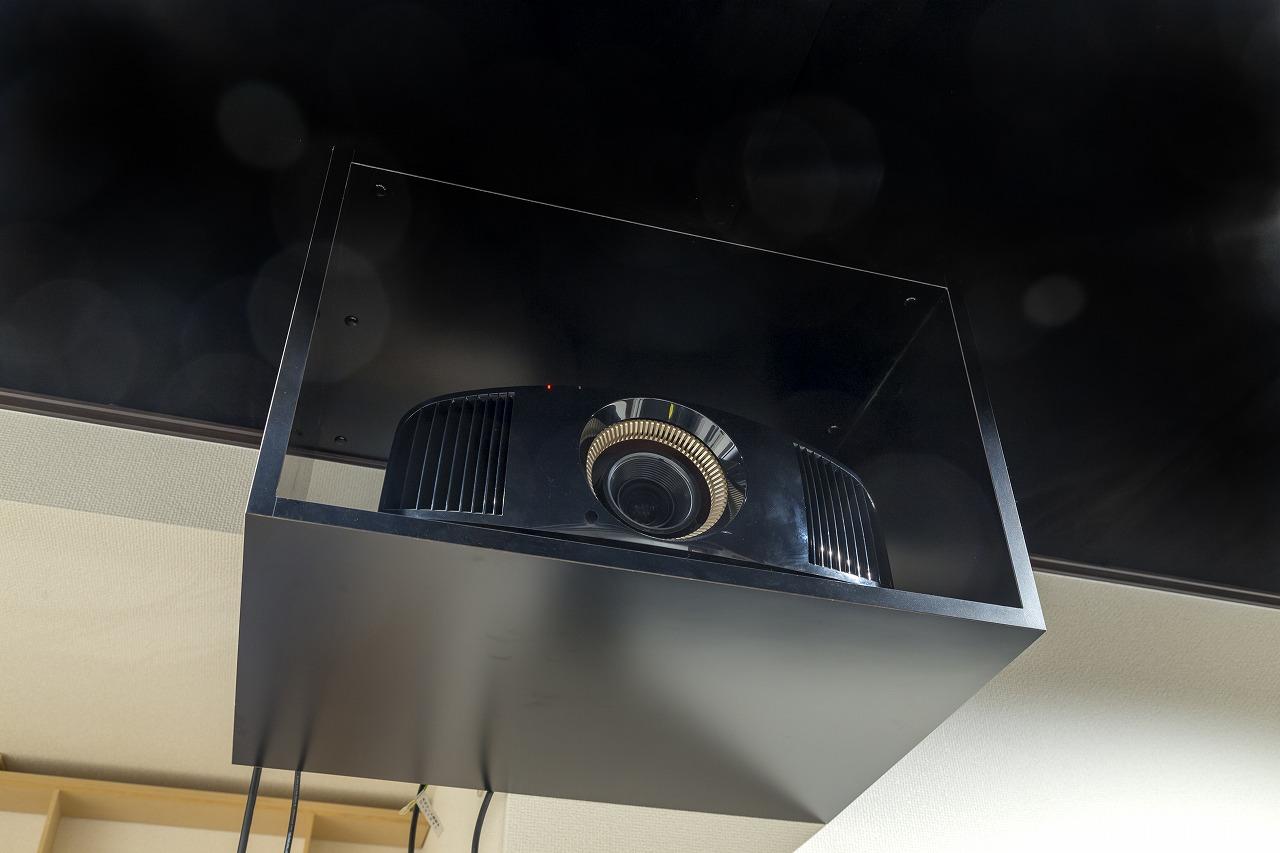 天井にはプロジェクター専用の棚を設置。テレビもDVDも4Kで鮮明に投影できます。