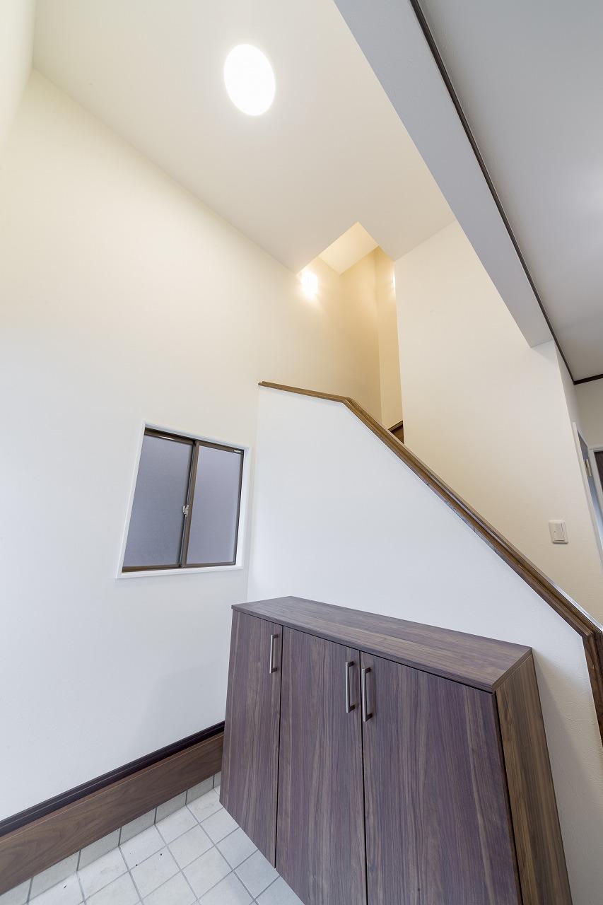 もとは吹き抜けだった玄関の上部は塞がれて2階の寝室となりましたが、明るさはしっかり確保しています。