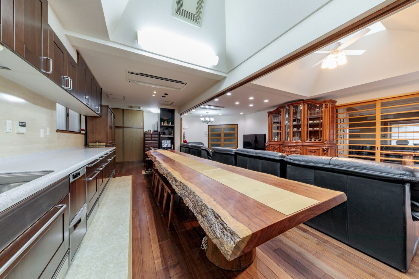 ダイニングテーブルは、ブビンガ無垢材の一枚板テーブル。キッチンの床は水や汚れ、傷に強い塩ビタイルに。