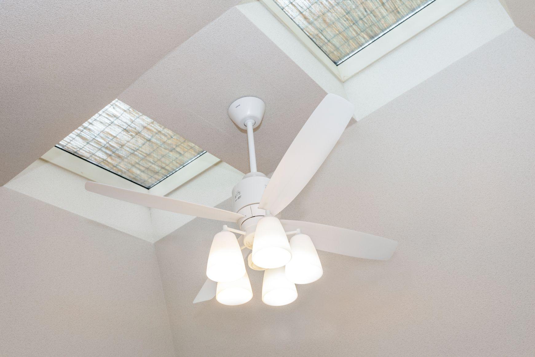 ファンつきシーリングライトで、上に溜まりやすい暖かい空気と下に溜まりやすい冷たい空気を循環。冷暖房効率を向上させます。