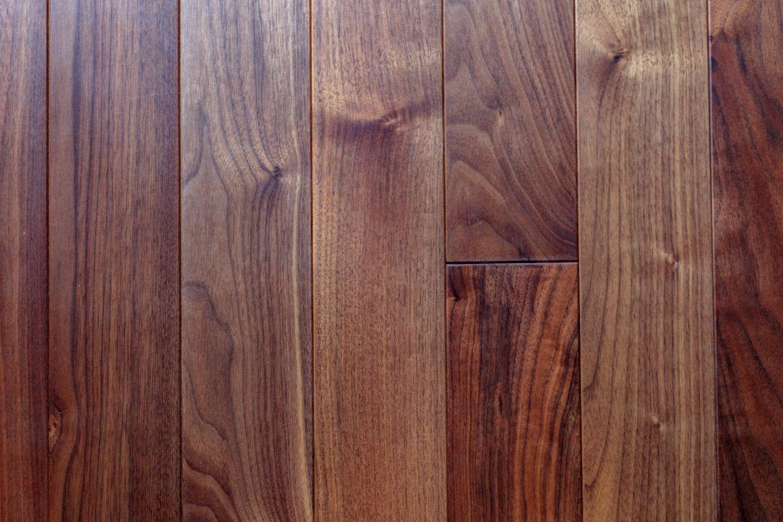 LDの床は、ブラックウォールナットの無垢材を採用。