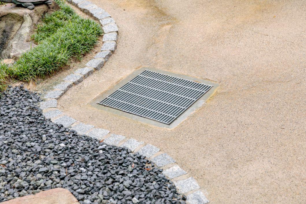 雨が降ると水溜りやぬかるみができていたので、排水枡を設けて水はけを改善しました。