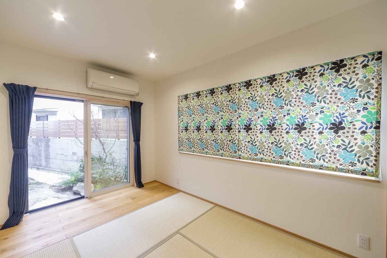 床の一部を板張りにして縁側風にした和室。柔らかい雰囲気の空間に。