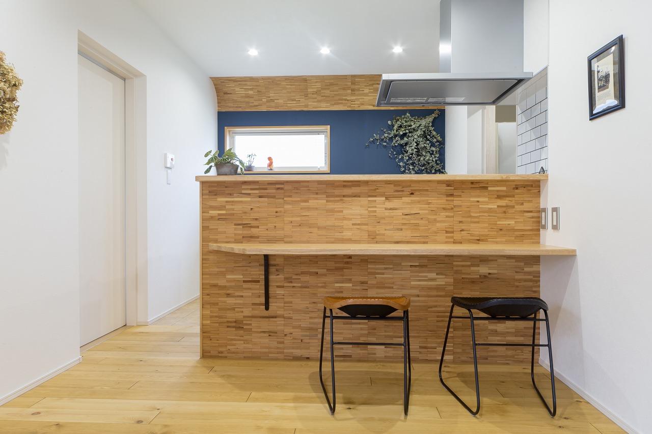 間取りの変更ができず、キッチンをサイズ内に収めるため、サイドの壁を薄くするなどの工夫を施しました。