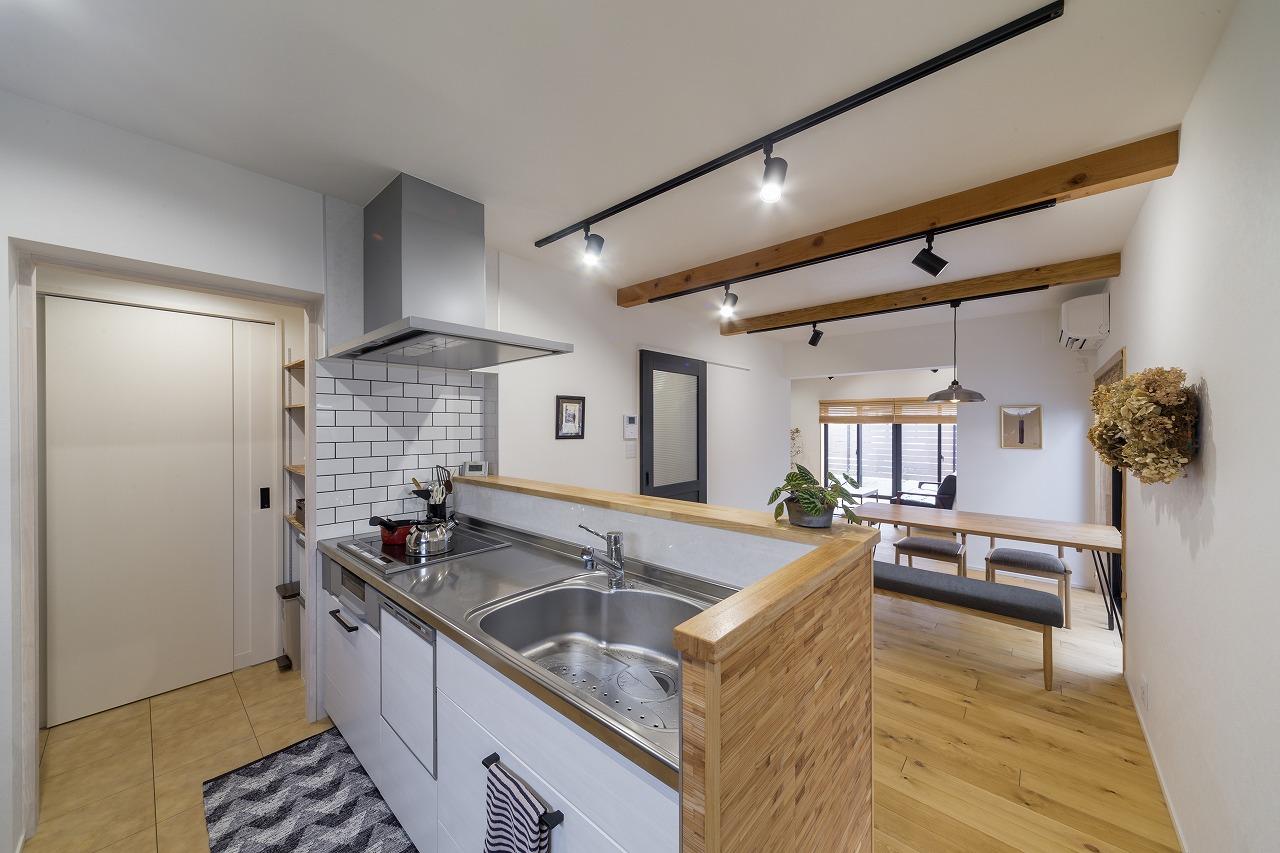 対面キッチンでLDがよく見通せます。キッチンがコンパクトな分、奥にパントリーを設置しました。