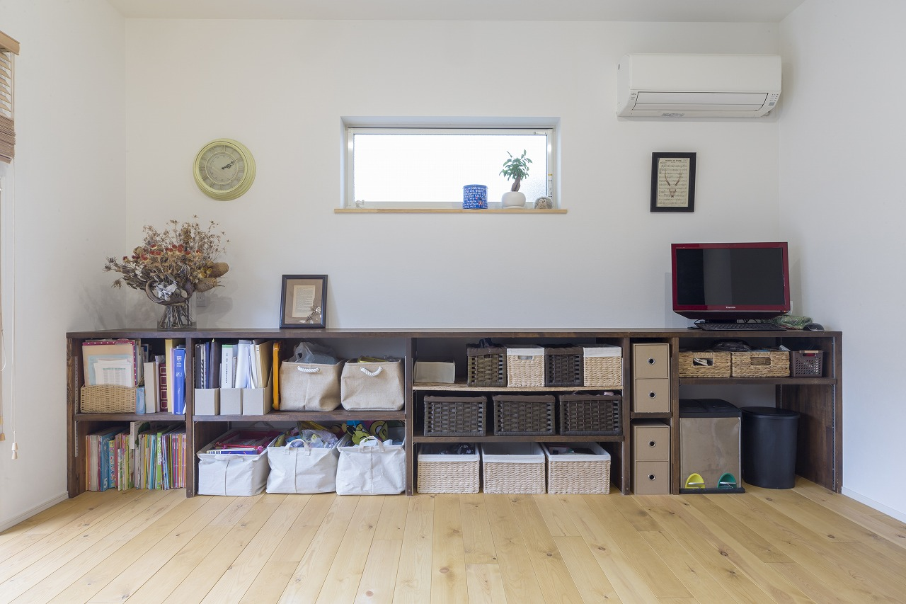 リビングにはお子さんも使いやすい低めの収納棚を設けました。
