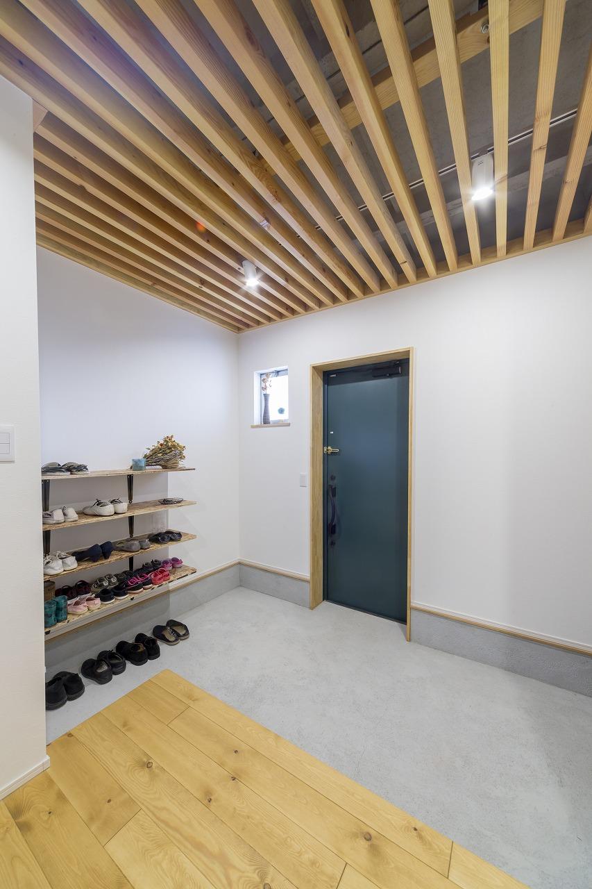 スケルトン天井が印象的な玄関。雨天時に自転車を収納できるよう、土間を広く取りました。