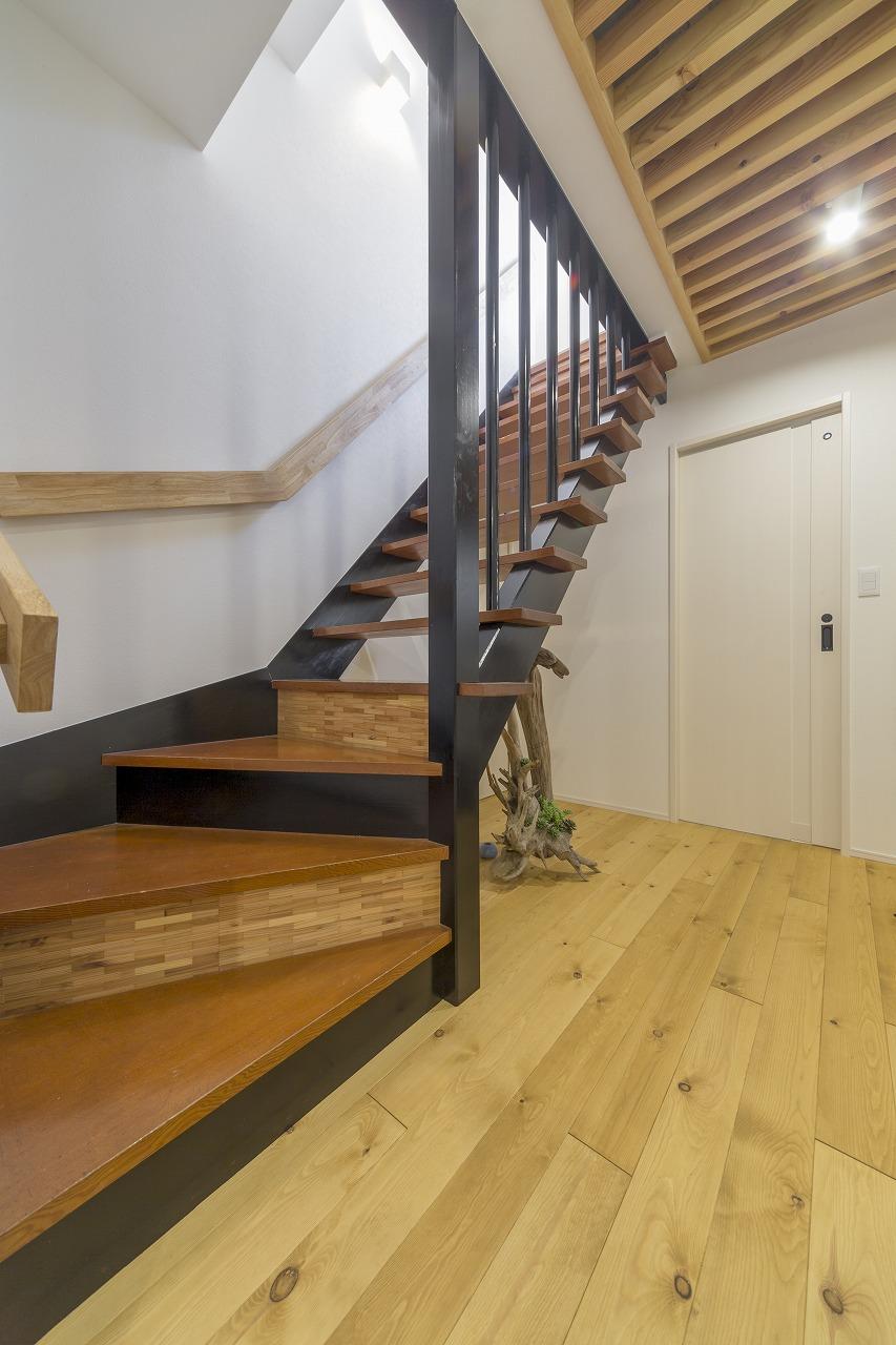 蹴込み部分の貼り分けとベイマツ材を格子組にしたデザインが特徴的な階段。