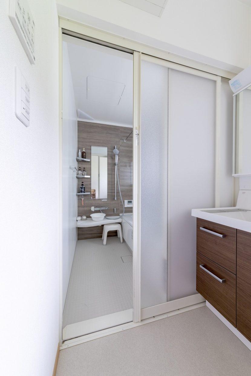 リビングのエアコンが届くよう空気の流れを考えヒートショック対策を行った洗面脱衣室。