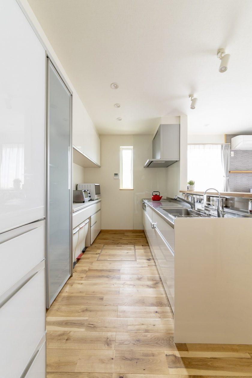 明るいキッチンはスパイスニッチを設けワークトップはすっきり、作業しやすく。