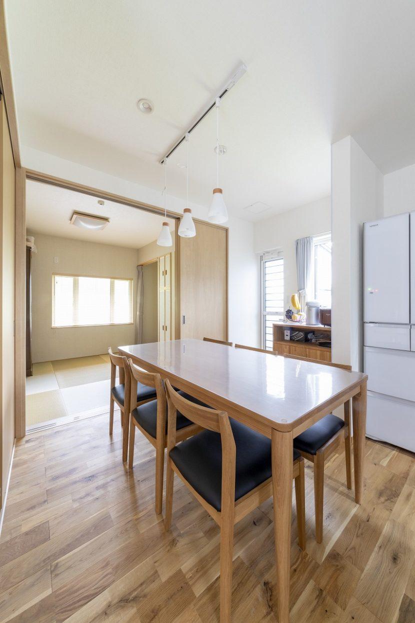 キッチンのすぐ横にダイニングテーブル。その奥には和室が広がります。