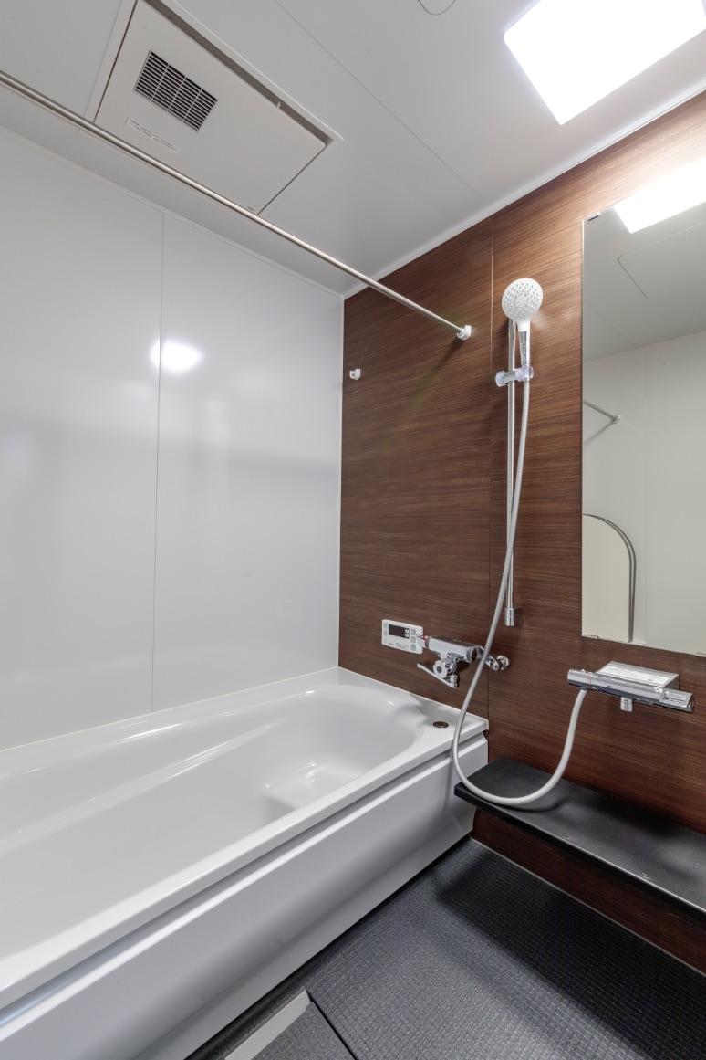 狭くて浴槽の深かった浴室はサイズアップ。浴室暖房乾燥機つきのシックなシステムバスに変更。