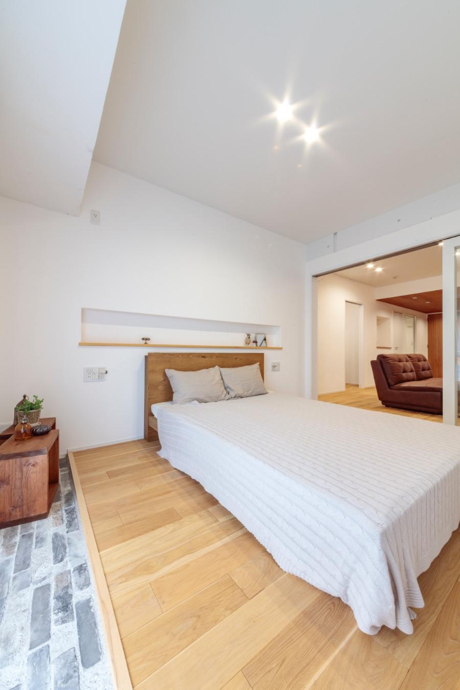 室内の床の高さをそろえたことで生じた寝室の段差は、フロアタイルを敷き空間のアクセントに活用。