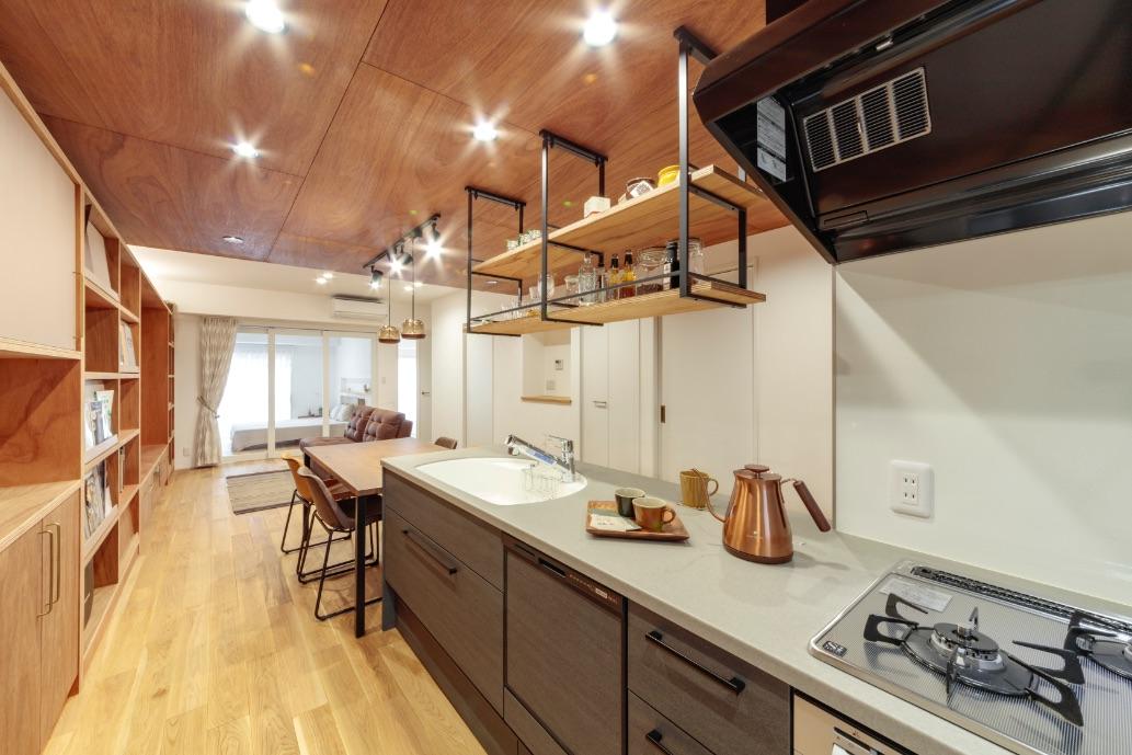 南北の窓から光が入るLDK。キッチン、ダイニング、リビングが一直線に並ぶ大空間。