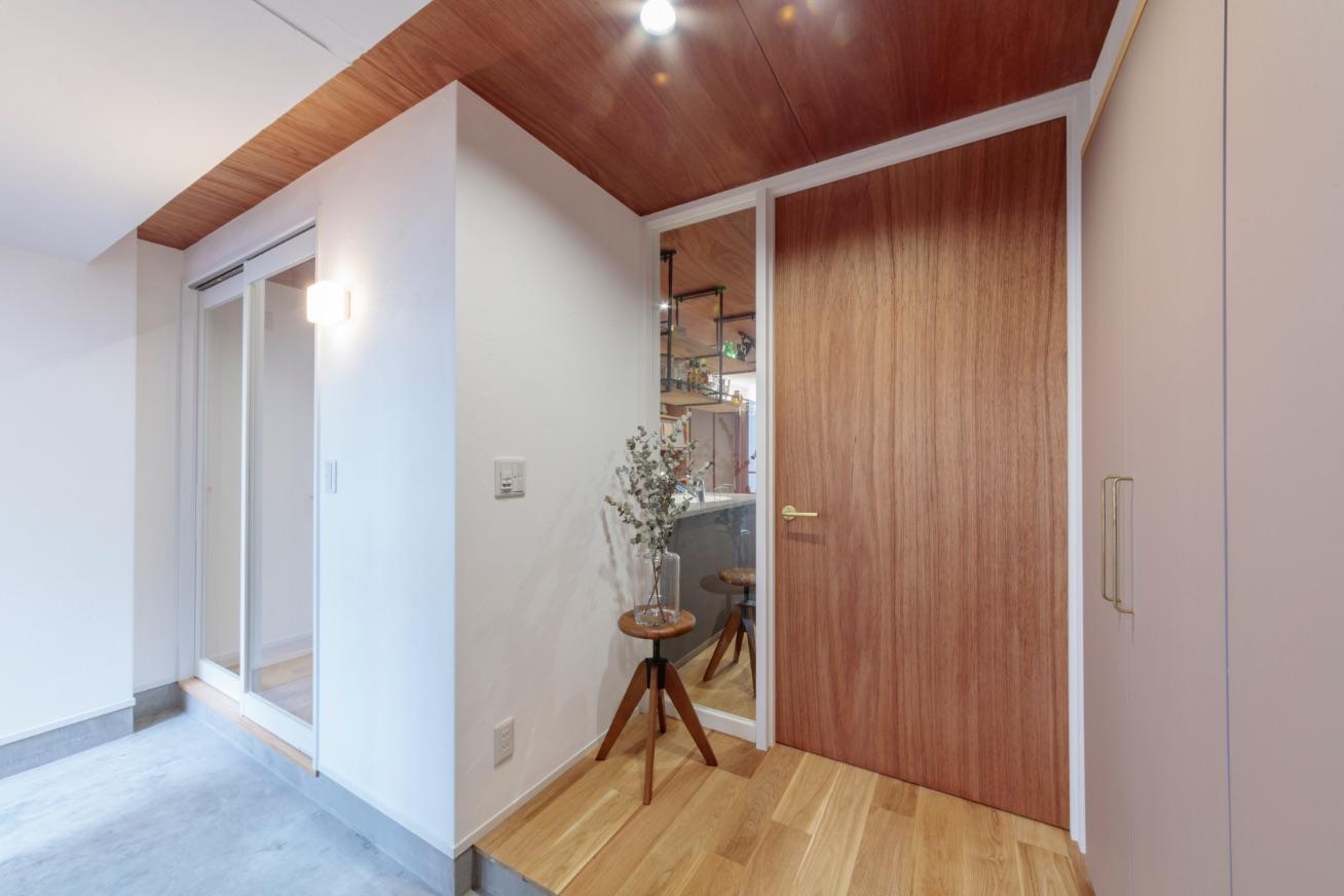 リビングドアを玄関ホールに設け、動線と空間(廊下)の無駄をカット。