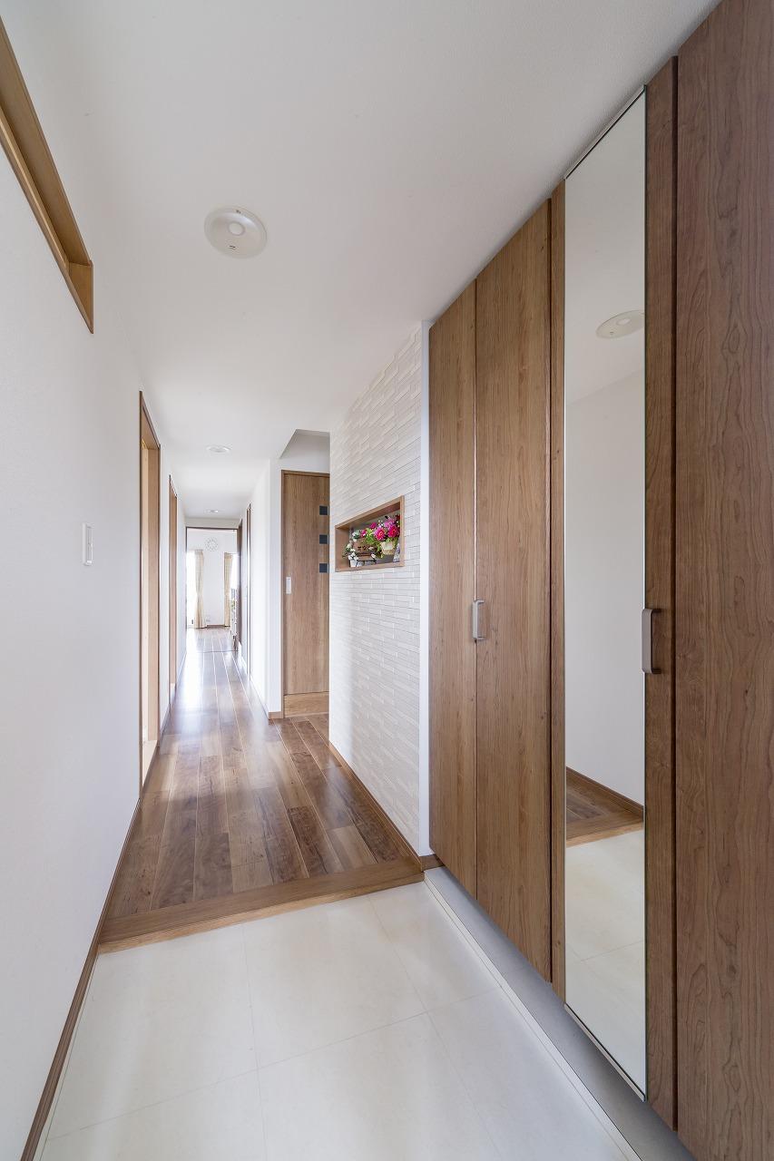 以前より広くした玄関とホール。飾り棚は、裏側の収納棚を一段開口したもの。