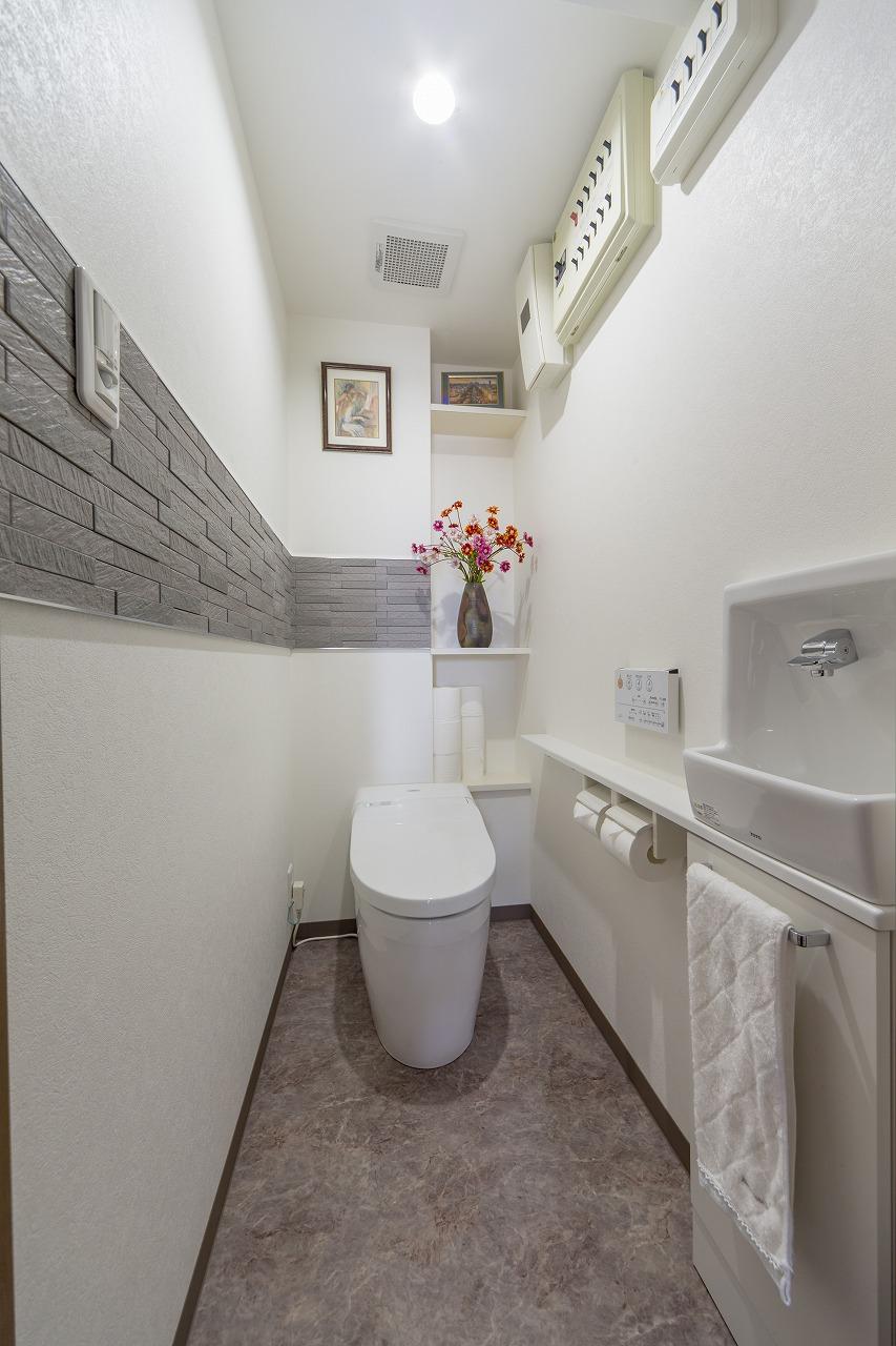 トイレは引き戸に変更するため、入り口を変更。奥の壁の凹みは棚板を設置して活用。