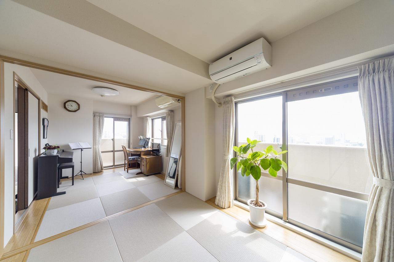 2つの洋室を二間続きの和室へ。畳サイズよりオーバーするスペースは竹の突板に。