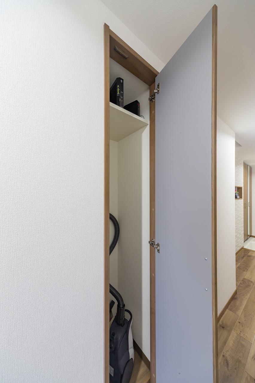 既存の物入の上部にインターネット用機器が納まる棚を設置。配線も隠せてお部屋はすっきり。