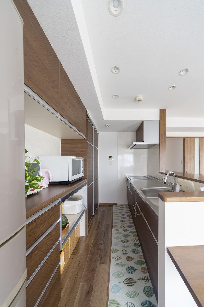 キッチン収納は壁づけのカップボードにまとめてすっきりと。収納力も充実。