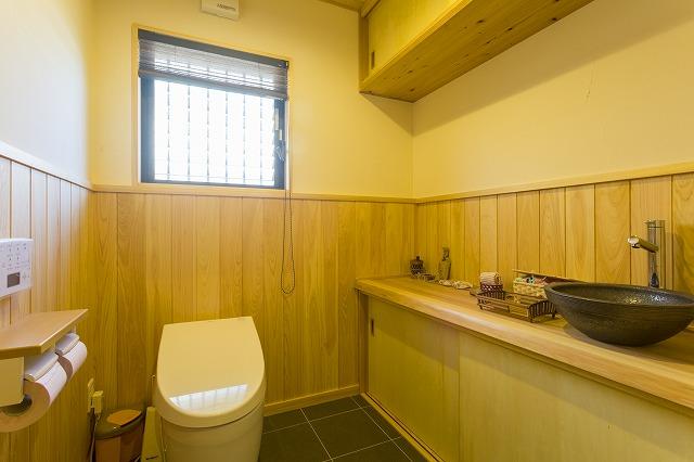 広島市|無垢材の森林浴に癒されるトイレ