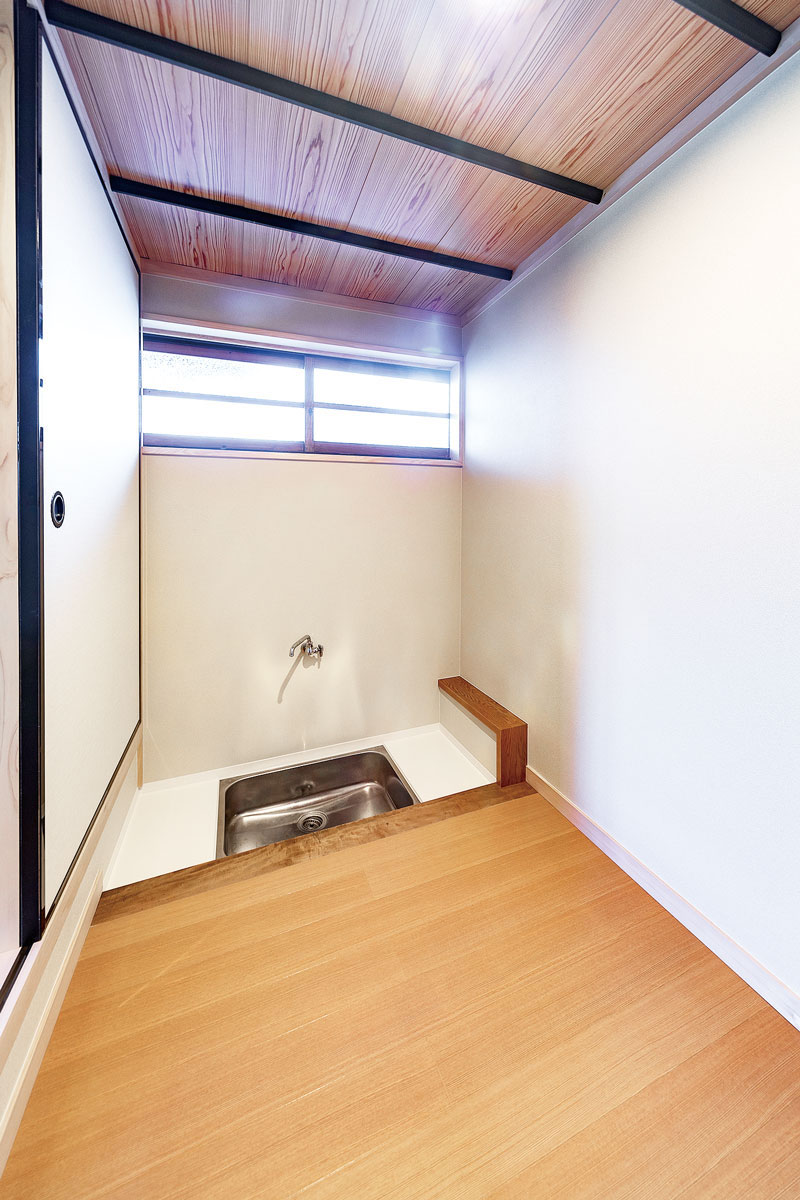 茶室横の水屋は床と壁を修復。今後、棚や竹すのこを入れて整える予定。