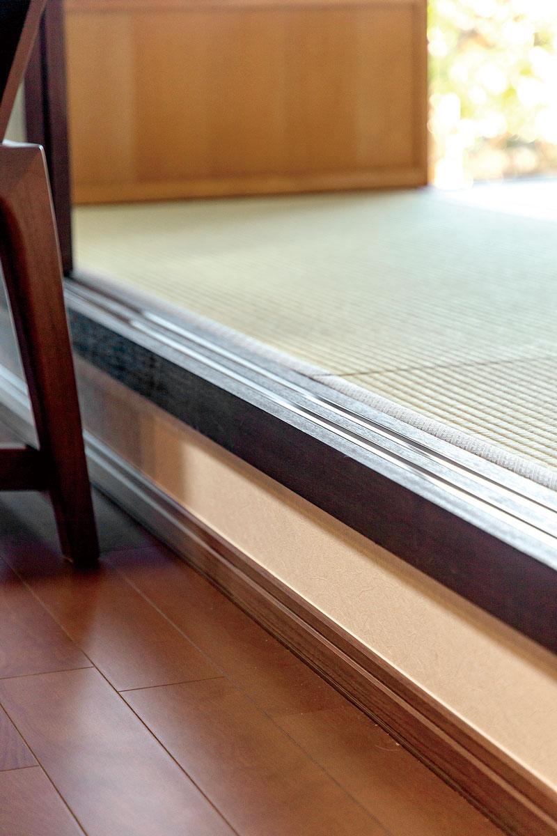和室との段差は、ちょっと腰掛けることもできる小上がりのような仕上がり。