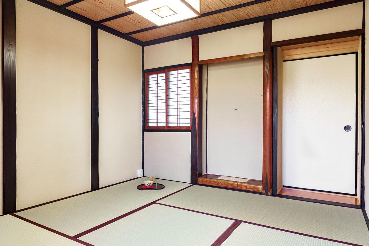 お祖母さまとお母さまが大切にされてきた茶室。畳、襖、壁を一新。