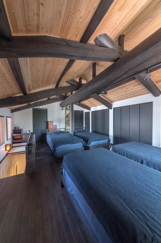 2階の寝室は、梁や柱を塗り替え見せる天井に。断熱材を入れ屋根は2重構造に。暑さ対策もしっかり。